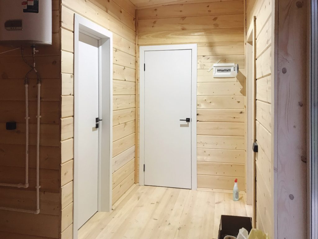 Белые двери в каркасном доме